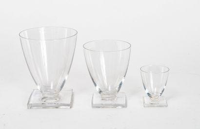 SAINT-LOUIS Partie de service de verre.  En cristal, reposant sur un pied carré comprenant...