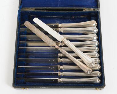 Douze couteaux à fruit à lame en argent (950)...