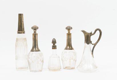 Cinq carafes à liqueur en verre incolore...