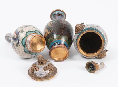 CHINE, début du XXème siècle Lot de trois pièces dont deux soliflores et un brûle-parfum...
