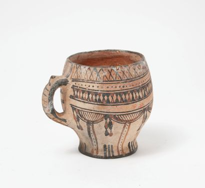Tasse en céramique à décor géométrique.  H....