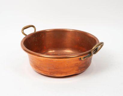 Bassine à confiture en cuivre.  H. : 12 cm. - Diam. : 37 cm.  Chocs.