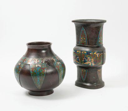 Chine, vers 1900-1920 Deux vases en bronze à patine brune et rehauts d'émaux cloisonnés...