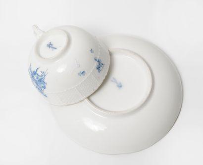 MEISSEN Petite tasse et sous-tasse en porcelaine, à décor en bleu de motif floraux,...