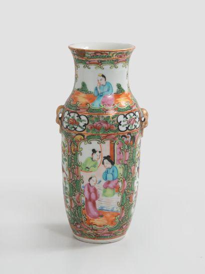 CHINE, XXème siècle - Petit vase en porcelaine à décor polychrome de Canton.  H....