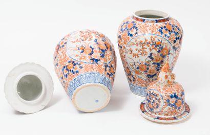 JAPON , début du XXème siècle. Paire de potiches côtelées couvertes en porcelaine...