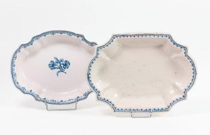 SUD, fin du XVIIIème siècle Deux plats oblongs, creux, blancs, l'un centré de deux...