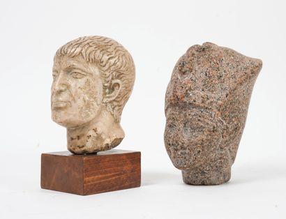 Deux têtes sculptées en pierre, dans le goût de l'antique.  Une montée sur un socle...