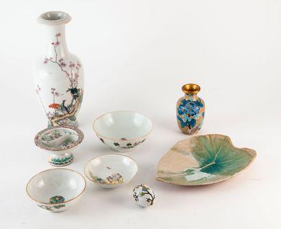 CHINE Lot comprenant :  - Un vase balustre en porcelaine, fond percé.  - Quatre coupes...