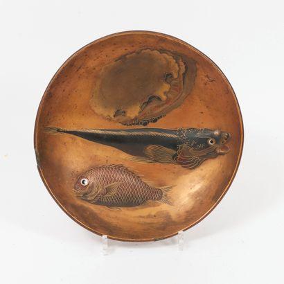 JAPON, Epoque MEIJI (1868 - 1912) Coupe circulaire sur talon en bois laqué rouge,...