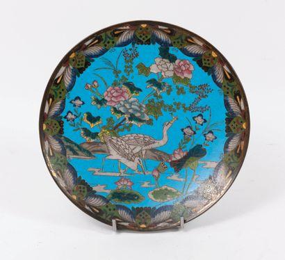 CHINE, fi du XIXème-début du XXème siècle Assiette en cuivre à décor en émaux polychromes...