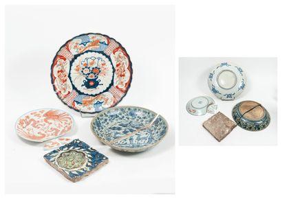 CHINE et JAPON, XIXème-XXème siècles - plat circulaire creux en porcelaine à décor...