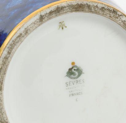 Manufacture nationale de SÈVRES Vase fuselé à col resserré en porcelaine à filets...