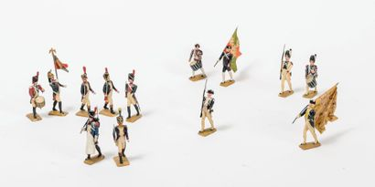 Fort lot de petits soldats et porte-drapeaux.  En plastique peint polychrome comprenant...