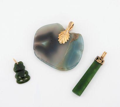 Lot de trois pendentifs en agate ou jade baignés :  - L'un en forme de pomme, bélière...