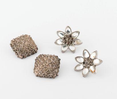 Paire de puces d'oreilles fleurs en métal...