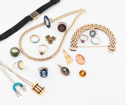 Lot de bijoux fantaisie divers en métal dont colliers, bagues, chaînes et pendentifs...