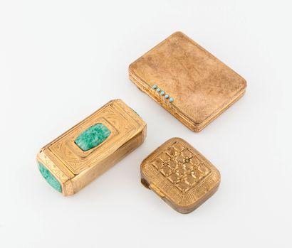 Lot de trois poudriers en métal doré et pierres d'imitation.  Dim. : 8 x 3.5 cm...