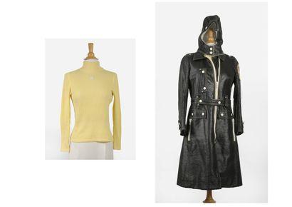 COURREGES Manteau long en vinyle à capuche doublée.  Fermeture zippée blanche .  Taille...