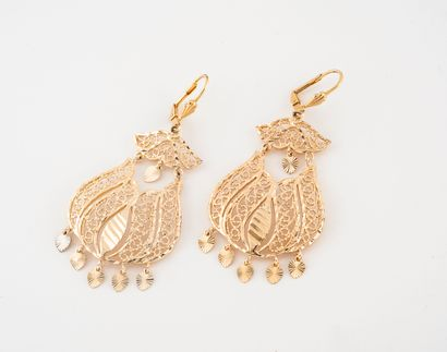 Paire de pendants d'oreilles en métal doré...