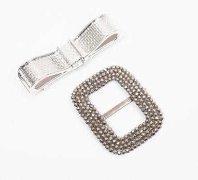 SWAROVSKI Boucle de ceinture en métal argenté formant un noeud.  Long. : 8 cm. Dans...