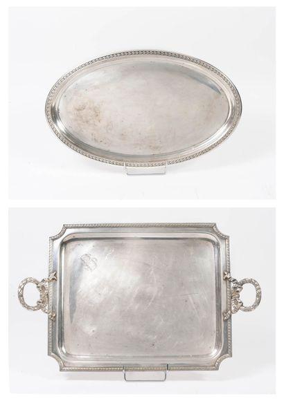 Deux plateaux en métal argenté :  - un ovale...