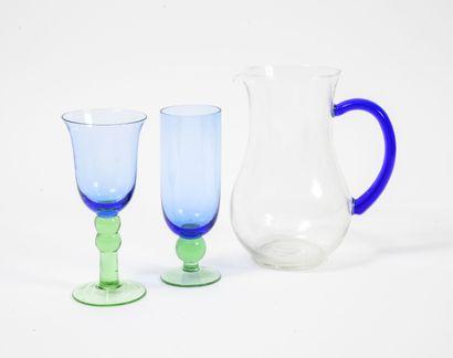 Partie de service de verre bleu et vert comprenant...