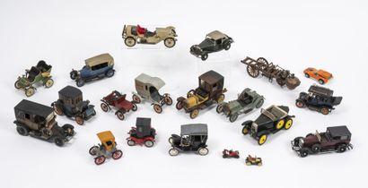 Lot de 19 véhicules miniatures.  En métal...