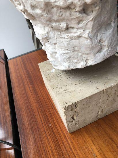 Ecole du XXème siècle Tête d'homme.  Modèle en plâtre.  Socle carré en travertin....