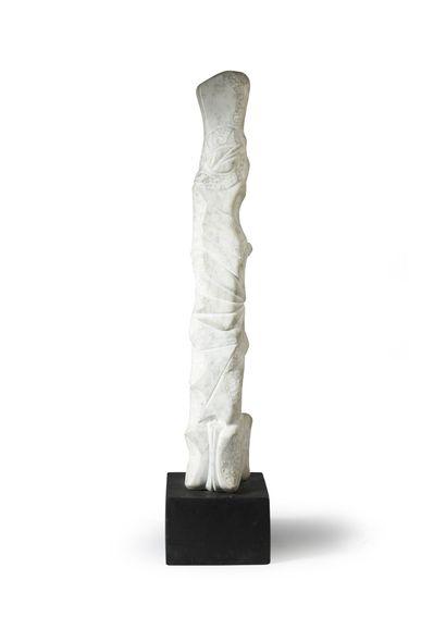 Luis MARTINEZ RICHIER (1928) Sans titre.  Sculpture en marbre blanc.  Socle en bois....