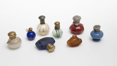 EUROPE, XXème siècle Huit flacons à parfum ou à sel de différentes formes en verre...