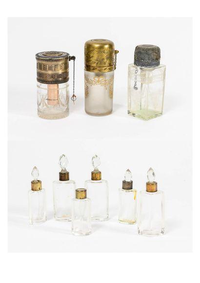France, vers 1900 Lot comprenant :  - Trois atomiseurs ou vaporisateurs de parfum...