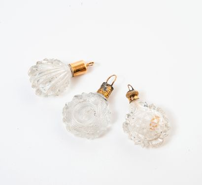FRANCE, seconde moitié XIXème siècle Lot de trois petits flacons à sels, à suspendre,...