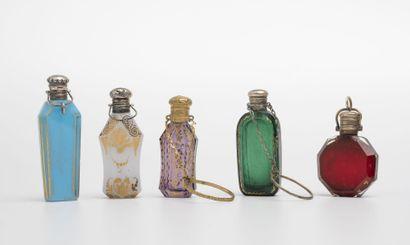 FRANCE, seconde moitié du XIXème siècle Cinq petits flacons à sels aux corps de différentes...