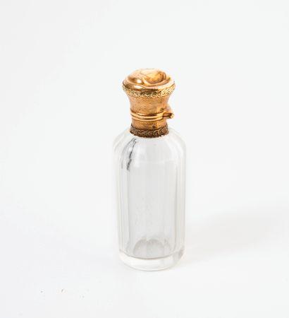 France, vers 1900 Flacon à sel au corps cylindrique à pans coupés en cristal incolore....