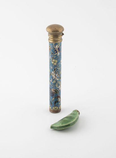 CHINE, début du XXème siècle Deux flacons :  - un à parfum ou à sel à corps en laiton...