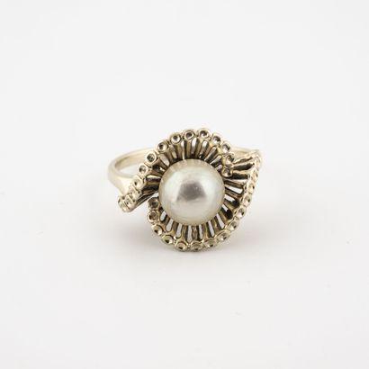 Bague en or gris (750) centrée d'une perle...