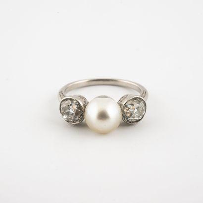 Bague en platine (850) centrée d'une perle...
