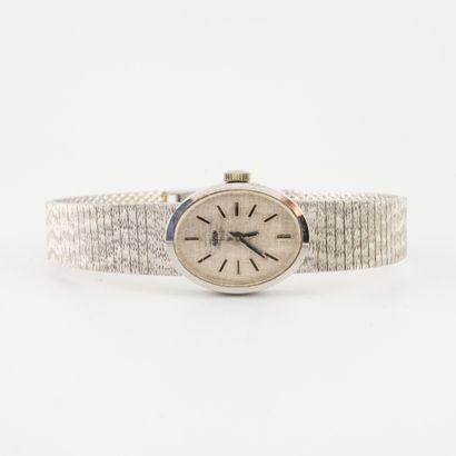 Montre bracelet de dame en or gris (750).  Boîtier ovale.  Cadran à fond argenté,...