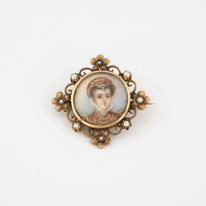 Petite broche en or jaune (750) et perles...
