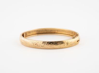 Bracelet jonc ouvrant en or jaune (750) ciselé...