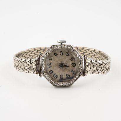 Montre bracelet de dame.  Boîtier octogonal en platine (850).  Lunette sertie de...
