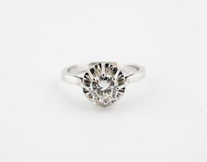 Bague solitaire en or gris (750) et platine (850) ornée d'un diamant de taille brillant...