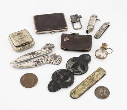 Petit lot d'objets de vitrine en métal comprenant...