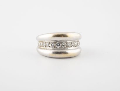 Bague jonc en or jaune rhodié (750) ornée d'une ligne de diamants de taille brillant...