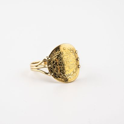 Bague en or jaune (750) ornée d'une pièce...