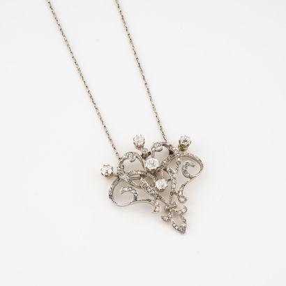 Collier composé d'une fine chaîne en or gris...