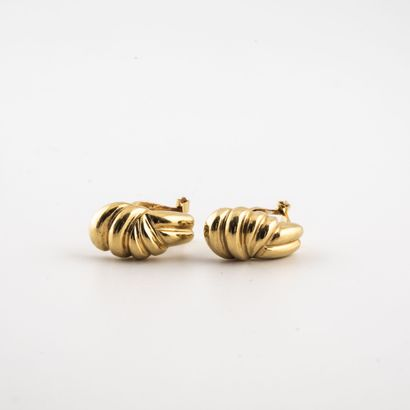 Paire de boucles d'oreilles en or jaune (750)...