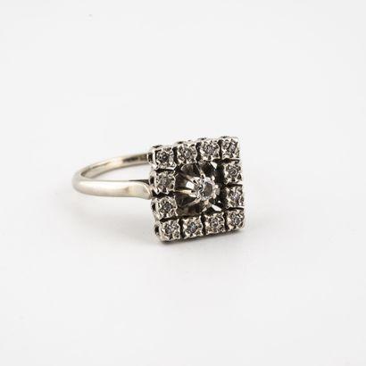 Bague en or gris (750) à chaton carré centrée d'un diamant de taille brillant dans...