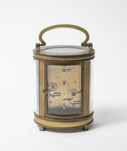 Pendulette d'officier à cage en laiton doré, de section ovale, à cinq glaces arrondies....